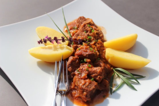 Szegediner-Gulasch mit Salzkartoffeln